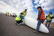 De Super Ketta met Ryohei Komori tijdens de kwalificaties op maandagochtend. In Battle Mountain (Nevada) wordt ieder jaar de World Human Powered Speed Challenge gehouden. Tijdens deze wedstrijd wordt geprobeerd zo hard mogelijk te fietsen op pure menskracht. Het huidige record staat sinds 2015 op naam van de Canadees Todd Reichert die 139,45 km/h reed. De deelnemers bestaan zowel uit teams van universiteiten als uit hobbyisten. Met de gestroomlijnde fietsen willen ze laten zien wat mogelijk is met menskracht. De speciale ligfietsen kunnen gezien worden als de Formule 1 van het fietsen. De kennis die wordt opgedaan wordt ook gebruikt om duurzaam vervoer verder te ontwikkelen.<br /> <br /> In Battle Mountain (Nevada) each year the World Human Powered Speed Challenge is held. During this race they try to ride on pure manpower as hard as possible. Since 2015 the Canadian Todd Reichert is record holder with a speed of 136,45 km/h. The participants consist of both teams from universities and from hobbyists. With the sleek bikes they want to show what is possible with human power. The special recumbent bicycles can be seen as the Formula 1 of the bicycle. The knowledge gained is also used to develop sustainable transport.