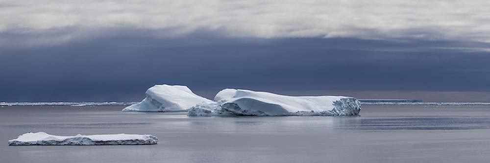 Icebergs in Antarctic Sound, Antarctica   Isfjell i Antarctic Sound i Antarktis.