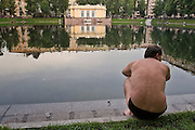 Moscow, Russia, 17/07/2005..Sunday afternoon scenes at Patriarch's Pond, the setting for the opening of Mikhail Bulgakov's classic Russian novel The Master & Margharita.  On summer weekends the park is crowded with Muscovites enjoying themselves, many drinking heavily.