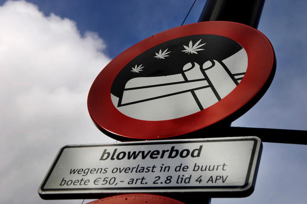 Nederland,  Amsterdam, 28 febr 2006..Blowverbodsbord op het Mercatorplein. Wegens te veel overlast door blowende jongeren en de onveiligheid op het plein is hier het eerste nederlandse blowverbod op straat ingesteld. Het verkeersbord werd de eerste dagen aan een stuk door gestolen... Foto (c) Michiel Wijnbergh