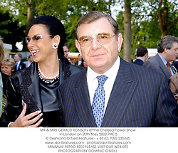 MR & MRS GERALD RONSON at the Chelsea Flower Show in London on 20th May 2002.PAE 5