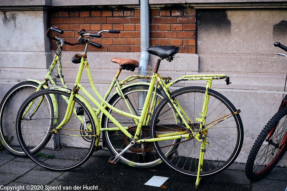 De straten van Den Haag. Gele fietsen op straat.   The streets of The Hague. Yellow bicycles on the street.