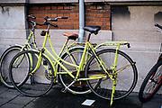 De straten van Den Haag. Gele fietsen op straat. | The streets of The Hague. Yellow bicycles on the street.