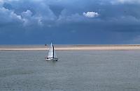 VLIELAND - zeilboot op de Waddenzee richting Terschelling of Vlieland. ANP COPYRIGHT KOEN SUYK