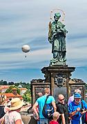 Praga, stolica Czech. 2013-07-23. Figura św. Jana Nepomucena na Moście Karola.