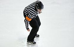 Znak za spodnasanje. Slovenski hokejski sodnik Damir Rakovic predstavlja sodniske znake. Na Bledu, 15. marec 2009. (Photo by Vid Ponikvar / Sportida)