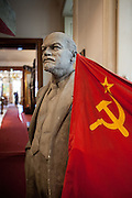 Lenin mit Hammer und Sichel Flagge im Museum für Kommunismus.