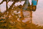 Tiradentes_MG, Brasil...Reflexo de uma mulher e uma crianca na agua...The woman and a child reflex in the water...FOTO: BRUNO MAGALHAES /  NITRO