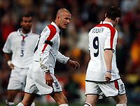 Fotball<br /> Privatlandskamp<br /> Spania v England<br /> 17. november 2004<br /> Foto: Digitalsport<br /> NORWAY ONLY<br /> David Beckham tries to encourage Wayne Rooney as he trudges off after a crazy first half performance