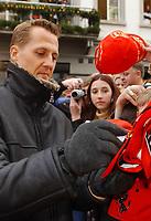 Motor: 09.12.2001 St.Gallen, Schweiz, <br />Formel-1 Weltmeister Michael Schumacher macht am Sonntag (09.12.2001) im schweizerischen St.Gallen Werbung fur eine Hilfsorganisation die sich um die Erbkrankheit Telethon kummert.<br /><br />Foto: Andy Møller, Digitalsport