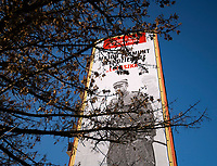 Bialystok, 05.02.2020. Na jednym z blokow mieszkalnych przy ulicy Bema zostal powieszony giga plakat poswiecony majorowi Zygmunt Szendzielarzowi ps Lupaszko dowodcy 5 Wilenskiej Brygady AK. Jego postac wzbudza wiele kontrowersji, jest m.in oskarzany o pacyfikacje litewskiej wsi Dubinki w 1944 roku, gdzie zgineli cywile, w tym kobiety i dzieci. Plakat to wspolna akcja bialostockiego IPN oraz Urzedu Marszalkowskiego fot Michal Kosc / AGENCJA WSCHOD