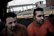 Un gruppo di operai durante lo sciopero sullo sfondo l'Ilva. Christian Mantuano/OneShot