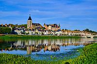 France, Loiret (45), Gien, l'église Sainte Jeanne d'Arc, le château et les bords de Loire, val de Loire // France, Loiret (45), Gien, the Saint Joan of Arc church, the castle and the banks of the Loire