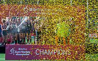 ANTWERPEN - Europees kampioen. Eva de Goede met de cup.  Het Nederlands team na de winst   na   de   finale  dames  Nederland-Duitsland  (2-0) bij het Europees kampioenschap hockey.  COPYRIGHT  KOEN SUYK