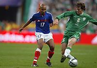 Fotball<br /> VM-kvalifisering<br /> Frankrike v Irland<br /> 9. oktober 2004<br /> Foto: Digitalsport<br /> NORWAY ONLY<br /> OLIVIER DACOURT (FRA) / KEVIN KILBANE (IRE)