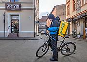 Kraków, 10.01.2021. Pozamykane obiekty gastronomiczne oferują dania tylko na wynos. Firmy kurierskie pomagają w dostarczeniu jedzenia  do domów.
