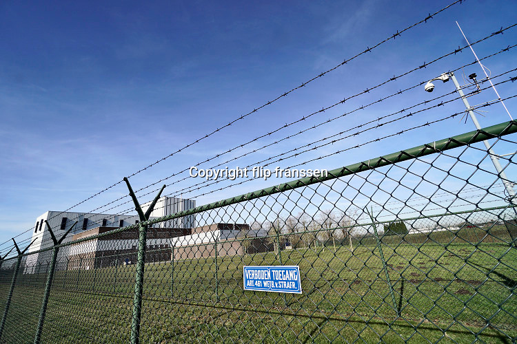 Nederland, Dodewaard, 14-2-2019De Kerncentrale Dodewaard is een voormalige atoomcentrale van de GKN in de Nederlandse plaats Dodewaard. De centrale was in bedrijf van 1969 tot 1997. Hij is nu in veilige insluiting, sloop van het reactorhuis staat voor 2045 gepland.De centrale is gebouwd op 13,2 meter boven NAP om veilig te staan in tijden van hoogwater. Voor de aan- en afvoer van materiaal beschikte de centrale over een brug over een strang, een dode zijarm van de Waal. De centrale had een kleine haven waaruit ook het koelwater werd opgepompt.Foto: Flip Franssen