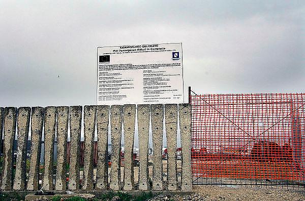 Italie, Acerra, 6-3-2008..Een van de talloze vuilstortplaatsen in de regio ten noorden van Napels. De stad weet met zijn afval geen raad meer en in het hele gebied liggen illegale hopen afval. Een nieuwe vuilverbrandingsoven is pas in 2009 bedrijfsklaar. Tot die tijd heeft de maffia, camorra grote invloed op de afvalverwerking van deze stad...Industrieel afval en huishoudelijk afval veroorzaken grote water en bodemvervuiling, terwijl de streek een belangrijk tuinbouwgebied is. Op de foto een tijdelijke opslag bij de onvoltopoide afvalverbrandingsinstallatie bij Acerra, opgezet met geld uit Brussel...Foto: Flip Franssen