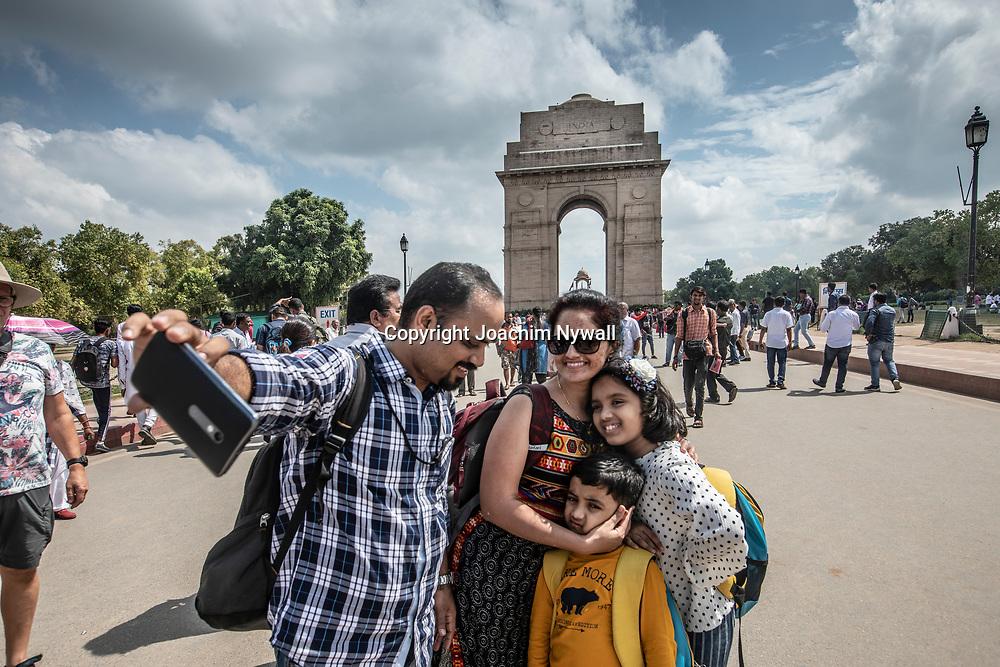 2019 09 26 Delhi India<br /> India gate<br /> Indisk familj som tar en selfie<br /> <br /> <br /> ----<br /> FOTO : JOACHIM NYWALL KOD 0708840825_1<br /> COPYRIGHT JOACHIM NYWALL<br /> <br /> ***BETALBILD***<br /> Redovisas till <br /> NYWALL MEDIA AB<br /> Strandgatan 30<br /> 461 31 Trollhättan<br /> Prislista enl BLF , om inget annat avtalas.