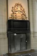 De Nieuwe Kerk is een kerkgebouw in Amsterdam. De kerk is gelegen aan de Dam, naast het Paleis op de Dam.De Nieuwe Kerk wordt, sinds soeverein-vorst Willem in 1814 in deze kerk de eed op de grondwet aflegde, ook gebruikt voor de inzegening van koninklijke huwelijken en voor inhuldigingen. De inhuldiging van Koningin Beatrix vond er plaats op 30 april 1980. Op dezelfde datum in 2013 zal de inhuldiging van haar zoon en opvolger Willem-Alexander ook daar plaatsvinden.<br /> <br /> The New Church is a church building in Amsterdam. The church is located on Dam Square, next to the Palace on the Dam.De New Church in this church in 1814, since sovereign-prince Willem laid aside the oath to the Constitution, also used for the blessing of royal weddings and inaugurations. The inauguration of Queen Beatrix took place on April 30, 1980. On the same date in 2013, the inauguration of her son and heir Willem-Alexander will also take place there.<br /> <br /> Op de foto / On the photo:  Deur naar het graf van Michiel de Ruyter // Door to the tomb of Michiel de Ruyter