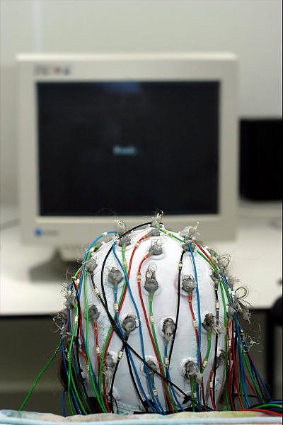 Nederland, Nijmegen, 16-4-2003..Het maken van een EEG bij een proefpersoon...Hersenonderzoek van het NICI, instituut voor cognitieve wetenschappen aan de katholieke universiteit nijmegen,..taal, oogbewegingen, motoriek, FC Donderscentrum. hersenfuncties..Foto: Flip Franssen