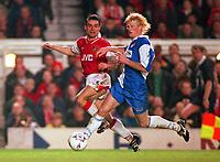 Fotball<br /> England<br /> Foto: Colorsport/Digitalsport<br /> NORWAY ONLY<br /> <br /> MARC OVERMARS (ARS) COLIN HENDRY (BLA). ARSENAL V BLACKBURN ROVERS, 13/12/1997. FOOTBALL 1997/8