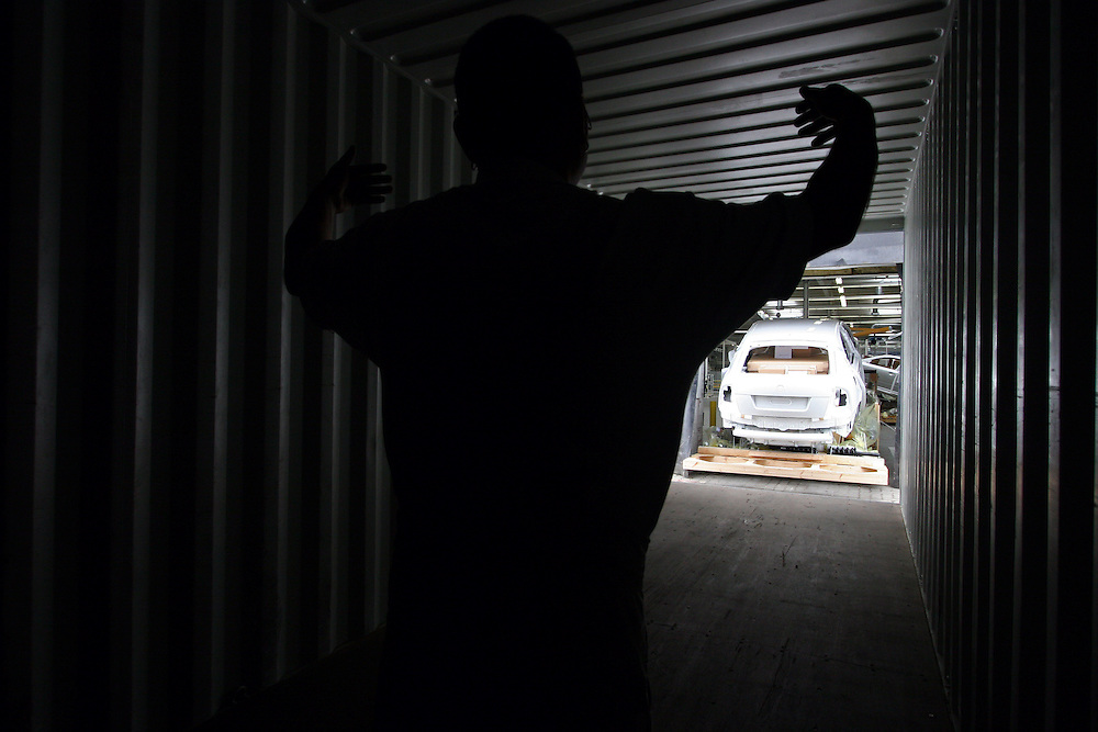 Mlada Boleslav/Tschechische Republik, Tschechien, CZE, 19.03.07: Ein Skoda Octavia wird auf dem Werksgelände der Skoda Auto Fabrik für den Export in einen Container geladen. Mlada Boleslav. Der tschechische Autohersteller Skoda ist ein Tochterunternehmen der Volkswagen Gruppe.<br /> <br /> Mlada Boleslav/Czech Republic, CZE, 19.03.07: Worker co-ordinate loading of Skoda Octavia vehicle into transport container for export at Soda car factory in Mlada Boleslav. Czech car producer Skoda Auto is subsidiary of the German Volkswagen Group (VAG).