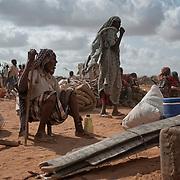 kenya, Dadaab, le 19-08-11 - camp de Dagahaley. Il accueille plus de 400 000 personnes, Dabaab est le plus grand camp de réfugiés au monde.  Ce sont pour la plupart des Somaliens (95%) ayant fuit la guerre et la famine, deux fléaux qui sévissent dans leur pays. Les réfugiés installés de façon anarchique dans les périphéries du camp de Dagahaley sont sur le départ.  Devant faire face à la saturation des camps de Dadaab, le UNHCR a décidé de les transférer vers le camp de Ifo 2 ouvert il y a deux jours d'autant qu'ils étaient sur des zones inondables.