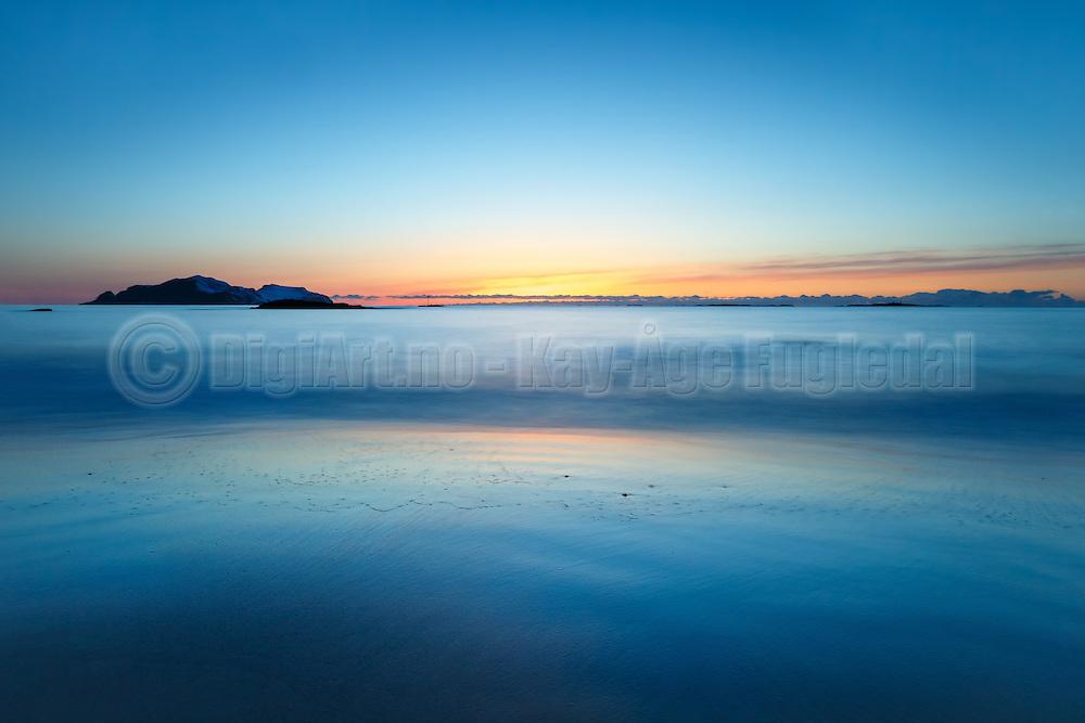 Where waves meets the beach and wipes out the bounds between land and the sea   Der hvor bølgene møter stranden og visker vekk grensen mellom land og sjø.