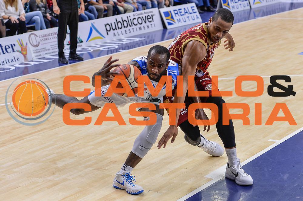 DESCRIZIONE : Campionato 2015/16 Serie A Beko Dinamo Banco di Sardegna Sassari - Umana Reyer Venezia<br /> GIOCATORE : Christian Eyenga<br /> CATEGORIA : Palleggio Equilibrio Curiosità<br /> SQUADRA : Dinamo Banco di Sardegna Sassari<br /> EVENTO : LegaBasket Serie A Beko 2015/2016<br /> GARA : Dinamo Banco di Sardegna Sassari - Umana Reyer Venezia<br /> DATA : 01/11/2015<br /> SPORT : Pallacanestro <br /> AUTORE : Agenzia Ciamillo-Castoria/L.Canu