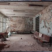 05-03-1996-Oekraine, Tsjernobyl.De verlaten stad Pripyat. <br />Pripyat was het stadje het dicht bij de Kerncentrale waar de meeste werknemrs woonden. Het is nu<br />een spookstad zonder inwoners, hier de wachtkamer van het ziekenhuis<br />Foto: Sake Elzinga/Hollandse Hoogte