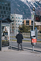 24.03.2020, Innsbruck, AUT, Coronaviruskrise, Österreich, im Bild ein Mann wartet auf einem Linienbus während der Coronavirus Pandemie // a man is waiting on a public bus during the Coronavirus pandemic, Innsbruck, Austria on 2020/03/24. EXPA Pictures © 2020, PhotoCredit: EXPA/ JFK