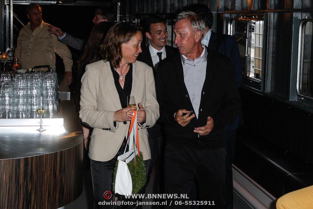 NLD/Amsterdam/20120531 - Presentatie kledinglijn Johan Cruijff Apparel Collection, Johan Cruijff en zijn assistent