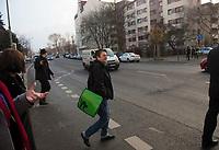 DEU, Deutschland, Germany, Berlin, 15.12.2015: Bezirksbürgermeisterin Monika Herrmann (Die Grünen) überquert die Schlesische Straße bei der Bezirkstour des Berliner Senats in Friedrichshain-Kreuzberg.