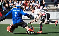 AMSTELVEEN  - Hockey -  1e wedstrijd halve finale Play Offs dames.  Amsterdam-Bloemendaal (5-5), Bl'daal wint na shoot outs. Mirco Pruyser (A'dam) passeert  keeper Jaap Stockmann (Bldaal) tijdens de shoot outs.  COPYRIGHT KOEN SUYK