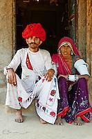 Inde, Rajasthan, village de Meda dans les environs de Jodhpur, population Rabari, Kueram, 30 ans, et sa femme Vadi, 27 ans // India, Rajasthan, Meda village around Jodhpur, Rabari ethnic group, Kueram, 30 old, and wife, Vadi, 27 old