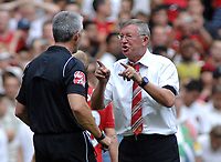 Fotball<br /> England<br /> Foto: Colorsport/Digitalsport<br /> NORWAY ONLY<br /> <br /> Sir Alex Ferguson (United Manager) makes his point to Referee Mr. Chris Foy after the match<br /> <br /> 09.08.2009<br /> Manchester United vs Chelsea<br /> The FA Community Shield, Wembley Stadium, London, UK