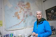 Journalisten Diana Haecker framför en karta över Alaska på redaktionen till tidningen The Nome Nugget.<br /> <br /> Nome, Alaska, USA<br /> <br /> Photographer: Christina Sjogren<br /> Copyright 2018, All Rights Reserved