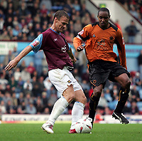 Fotball<br /> 2004/2005<br /> Foto: SBI/Digitalsport<br /> NORWAY ONLY<br /> <br /> West Ham v Wolverhampton Wanderers<br /> Coca-Cola Championship.  Upton Park.<br /> 02/10/2004<br /> <br /> West Ham's Teddy Sheringham and Wolves Captain Paul Ince battle it out for the ball.