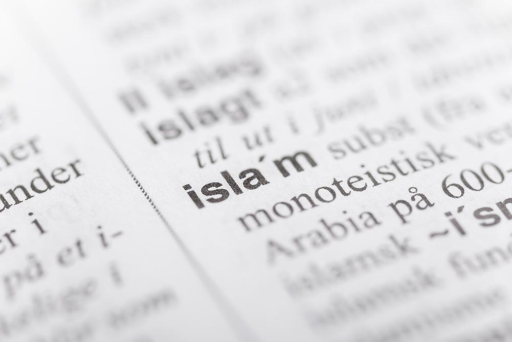 Selektiv fokus på ordet «islam» i ordboka. Islam er den yngste og den nest største av verdensreligionene (etter kristendommen) med anslagsvis 1,5 milliarder tilhengere (år 2010).