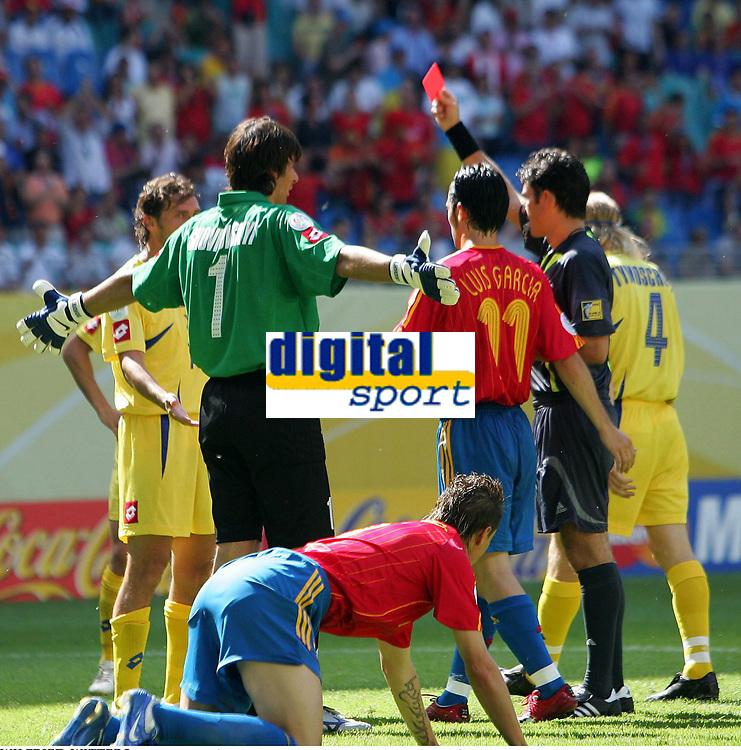 Schiedsrichter Massimo Busacca Schweiz zeigt Vladyslav Vashchuk Ukraine die Rote Karte , rødt kort<br /> Fussball WM 2006 Spanien - Ukraine<br /> Spania - Ukraina <br />  <br /> Norway only