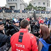 © Maria Muina I MAPFRE. Blair Tuke with the chinese media after winning the In Port Race in Guangzhou. Blair Tuke con la prensa China tras ganar la costera de Guangzhou.