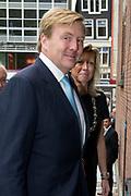Koning Willem Alexander bij uitreiking Heinekenprijzen in de Beurs van Berlage. / King Willem Alexander at Heineken Awards ceremony in the Beurs van Berlage.<br /> <br /> Op de foto / On the photo:  Aankomst van Koning Willem Alexander / Arrival of King Willem Alexander
