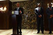 Marcelo Rebelo de Sousa, responde a questões da comunicação social, na sala oficial de recepções do aeroporto de Luanda. O Presidente português efectua uma visita de estado a Angola  de 5 a 9 de Março. Ao fundo Manuel Augusto, Ministro das Relações Exteriores de Angola e Sérgio Rescova, Governador Provincial de Luanda