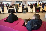 De balies van burgerzaken op het Stadskantoor van Utrecht. In Utrecht is het nieuwe Stadskantoor in gebruik genomen. De verschillende gemeentelijke diensten die verspreid door Utrecht zaten komen allemaal in het Stadskantoor te zitten. Alleen de gemeenteraad, de trouwzaal en de wijkkantoren blijven op de oude locatie. Burgers moeten wel eerst een digitale afspraak hebben gemaakt voor ze gebruik kunnen maken van een dienst in het Stadskantoor. De ambtenaren hebben allemaal flexplekken.