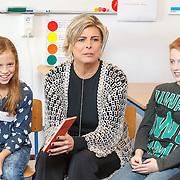 NLD/de Meern/20151009 - Voorleesactie prinses Laurentien + Jan Terlouw boek 'Kapsones', Laurentien leest voor aan scholieren
