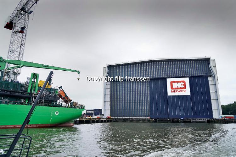 Nederland, Rotterdam, 29-7-2019 Hal van scheepswerf. IHC Merwede. Een nieuw gebouwd schip, de Scheldt River, ligt aan de kade. Krimpen aan den IJssel, IHC Merwede, IHC, Royal IHC, scheepswerf .  Foto: Flip Franssen