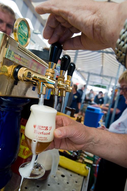 Nederland, Ermelo, 7 aug 2010.Tappen van een biertje op Bierfestival Burg Bieren Bierfeest..Brouwerij 't Koelschip is ook van de partij, met 3 mooie biertjes van de tap en het allersterkste bier ter wereld...Foto Michiel Wijnbergh..Burg Bier Beer Festival  .Brouwerij 't Koelschip is also present, with three fine beers on tap and the strongest beer in the world..