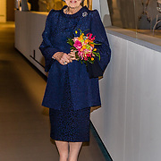 NLD/Apeldoorn//20170322 - Beatrix opent hoedententoonstelling Chapeaux in Paleis 't Loo, Prinses Beatrix voor de vitrine met haar hoeden