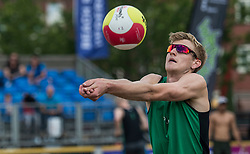 17-06-2016 NED: Beachvolleybaltoernooi eredivisie, Amsterdam<br /> Op het Mercatorplein in Amsterdam gaan de beachers uit de eredivisie van start / Jasper Bouter